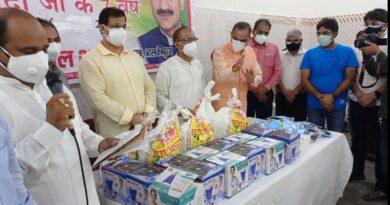 आर्य समाज मंदिर मैं पूर्व विधायक अनिल शर्मा द्वारा मंदिर के पुजारियों के लिए राशन वितरण का कार्यक्रम रखा गया