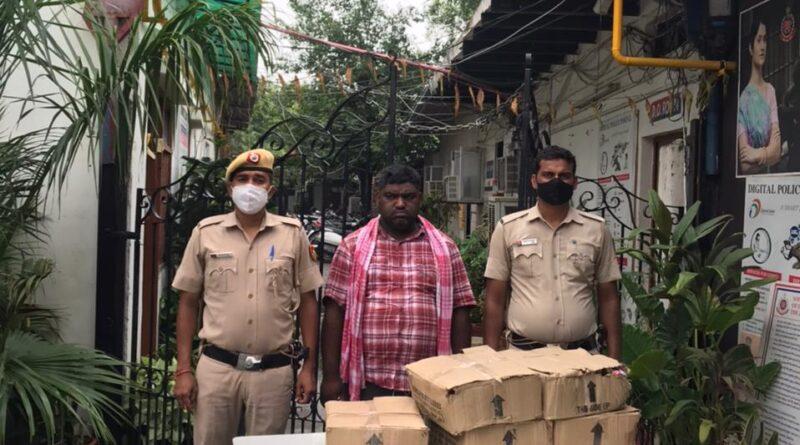 पेट्रोलिंग के दौरान पुलिस ने एक शराब तस्कर को किया गिरफ्तार, 5 कार्टून बरामद