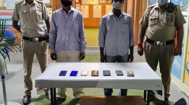 दो चोर चढ़े दिल्ली पुलिस के हत्थे चोरी की स्कूटी और 7 मोबाइल बरामद