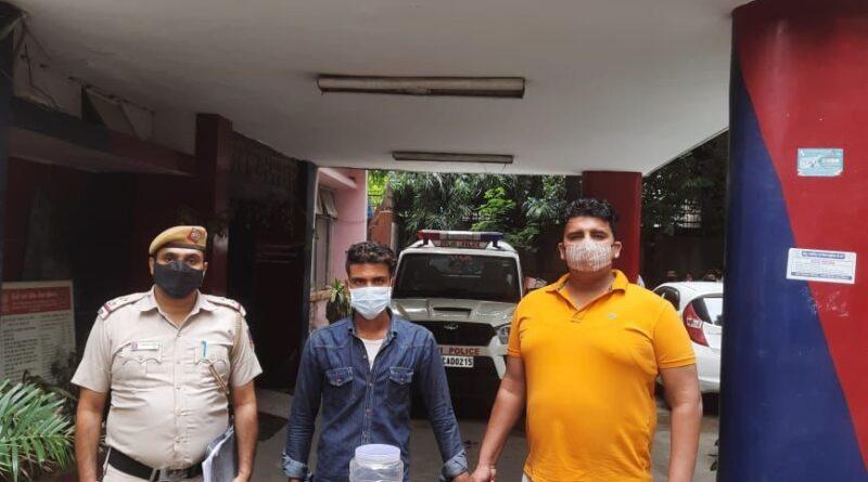 दिल्ली में लूट का विरोध करने पर छात्र को चाकू मारने वाले नाबालिग सहित गिरफ्तार