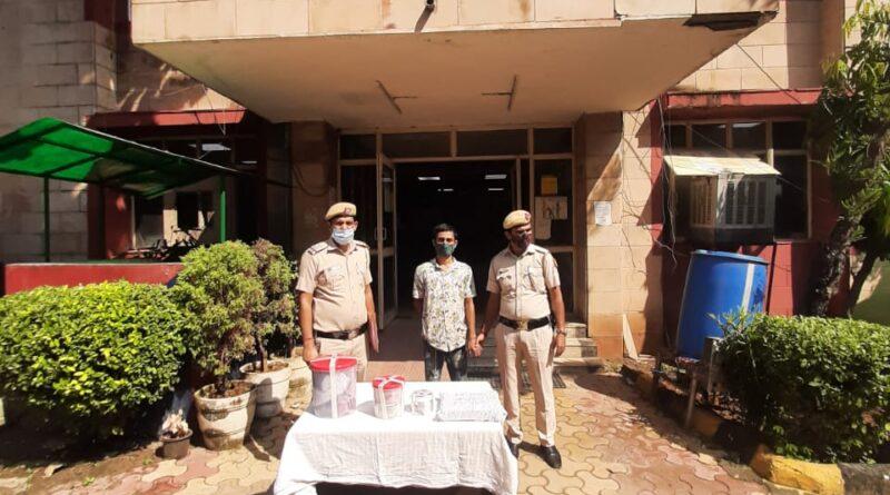चोरी के मामले में सिक्योरिटी गार्ड को पुलिस ने किया गिरफ्तार, 3,76,000 की नगदी और डीवीआर बरामद